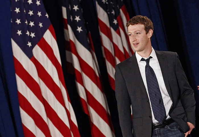 Facebook CEO Mark Zuckerberg arrives for the start of a town hall meeting with U.S. President Barack Obama at Facebook Headquarters in Palo Alto, California April 20, 2011.      REUTERS/Jim Young      (UNITED STATES - Tags: POLITICS BUSINESS) - RTR2LGB5