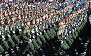Rus askeri görevlisi, Moskova'daki Zafer Bayramı askeri geçit töreni sırasında Kızıl Meydan'da yürüdü ( Getty Images)