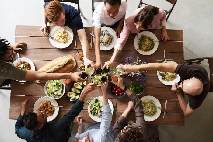 Aynı masada yemek yemeyin
